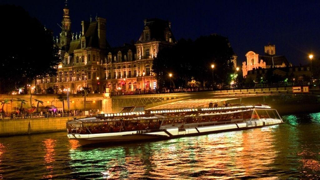Cenar en el 'Bateau Mouche' recorriendo el Sena, en París