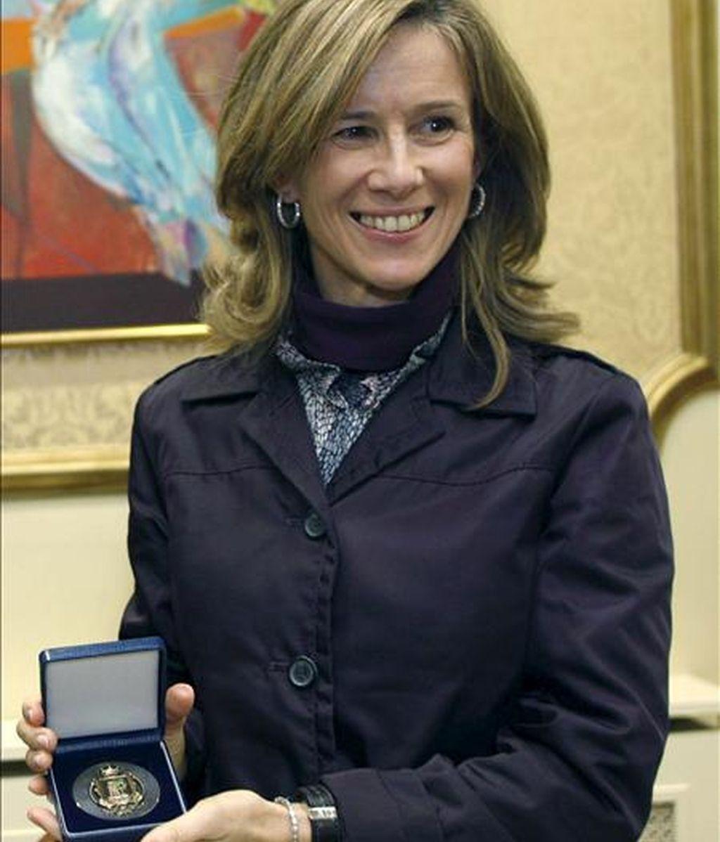 La ministra de Ciencia y e Innovación, Cristina Garmendia, muestra la medalla de la ciudad de Vigo que recibió el lunes  de manos de alcalde, Abel Caballero. EFE