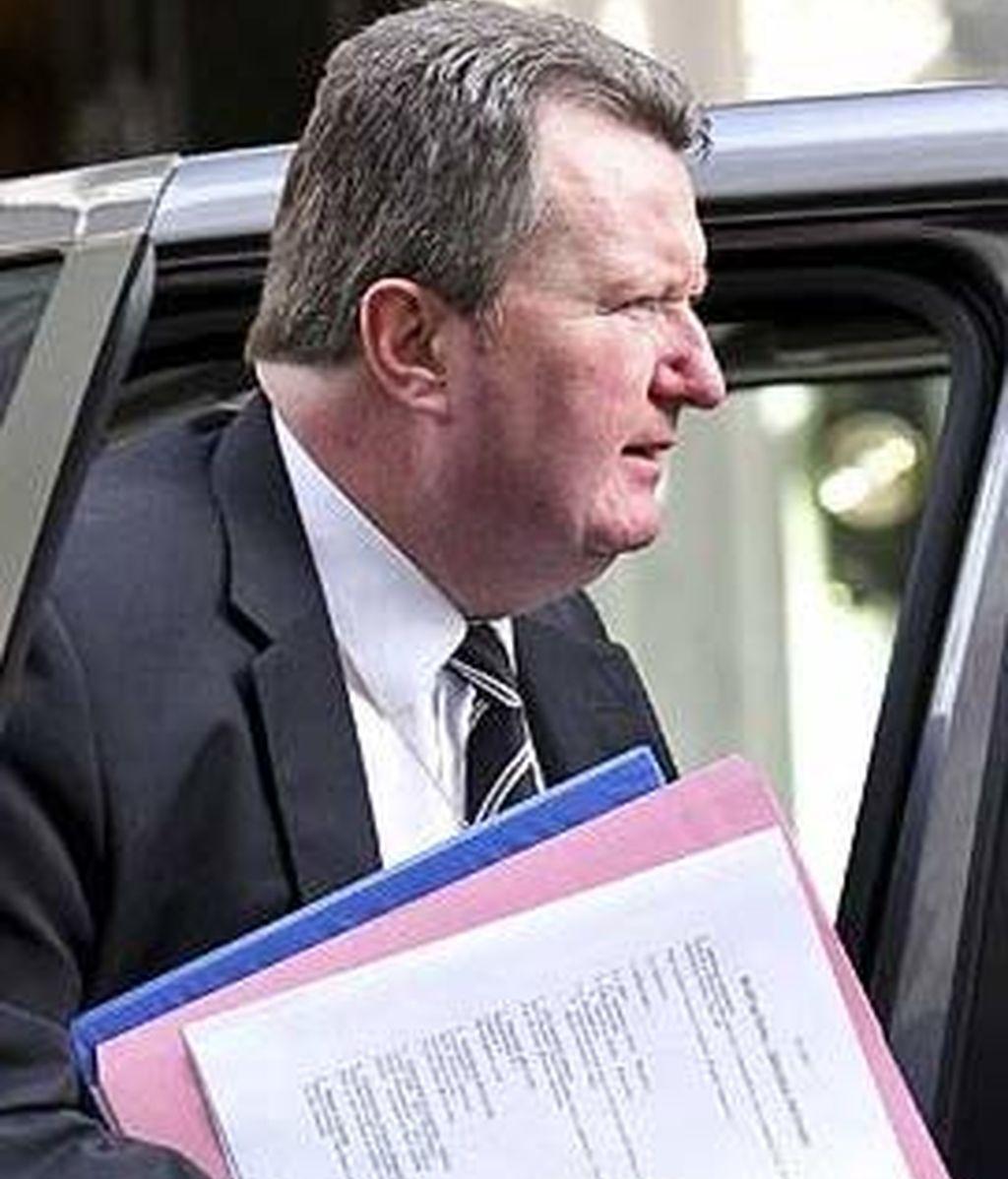 El subcomisario británico, Bob Quick, mostró varios documentos con información confidencial sobre las redadas. Foto: The Sun.