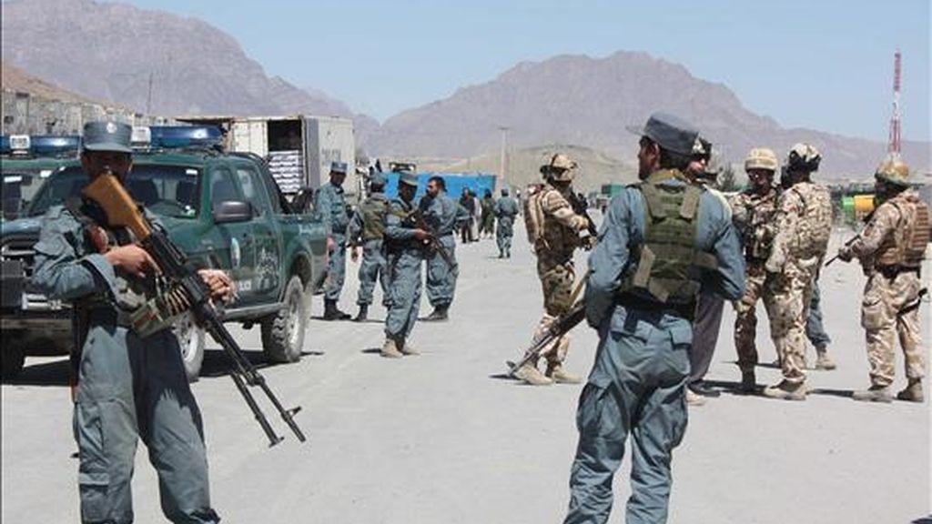Policias afganos y soldados en la zona de un atentado suicida con bomba perpetrado en Kabul. EFE/Archivo