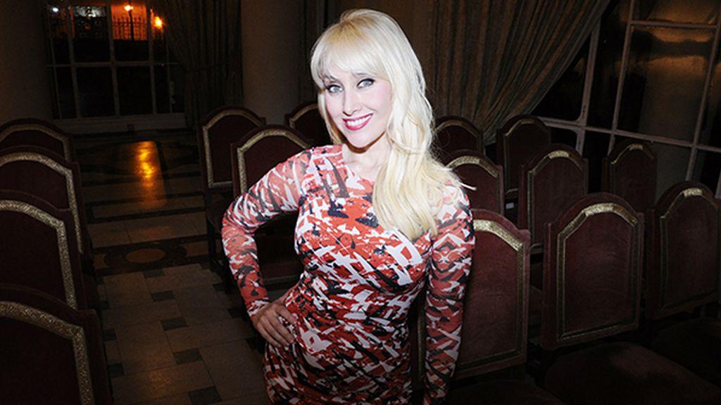La cantante Innocence, muy guapa con este vestido de Karen Millen