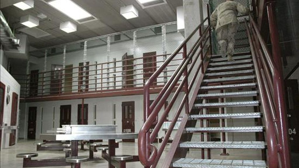Un oficial subiendo unas escaleras del centro de detención de máxima seguridad de la base militar estadounidense de la bahía de Guantánamo, Cuba. EFE/Archivo