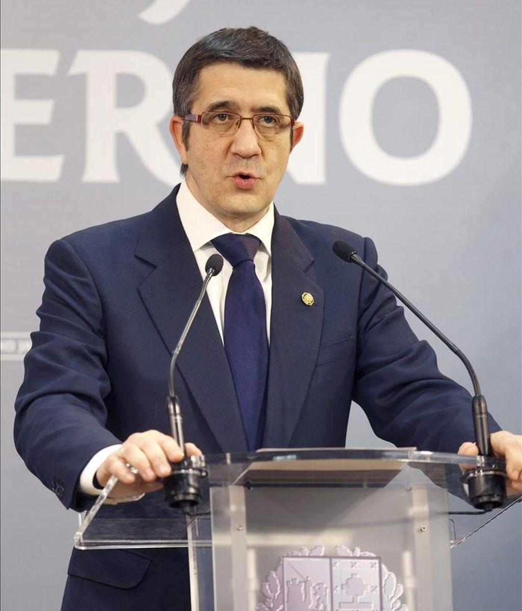 El lehendakari, Patxi López, durante su comparecencia hoy ante la prensa en la sede de la Presidencia del Gobierno vasco, en Vitoria, para analizar el comunicado de ETA. EFE