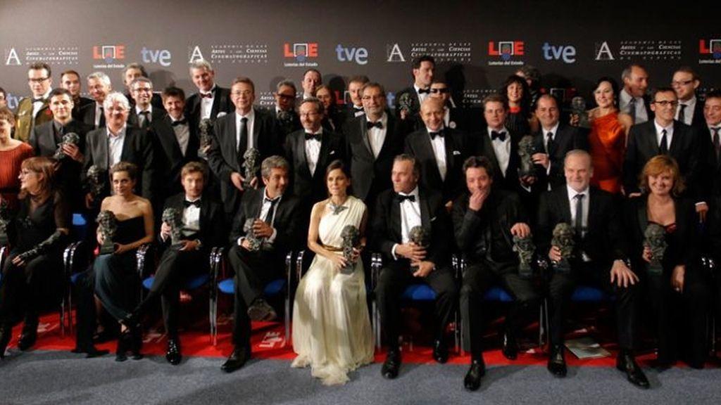 Foto de familia de todos los premiados en los Goya 2012