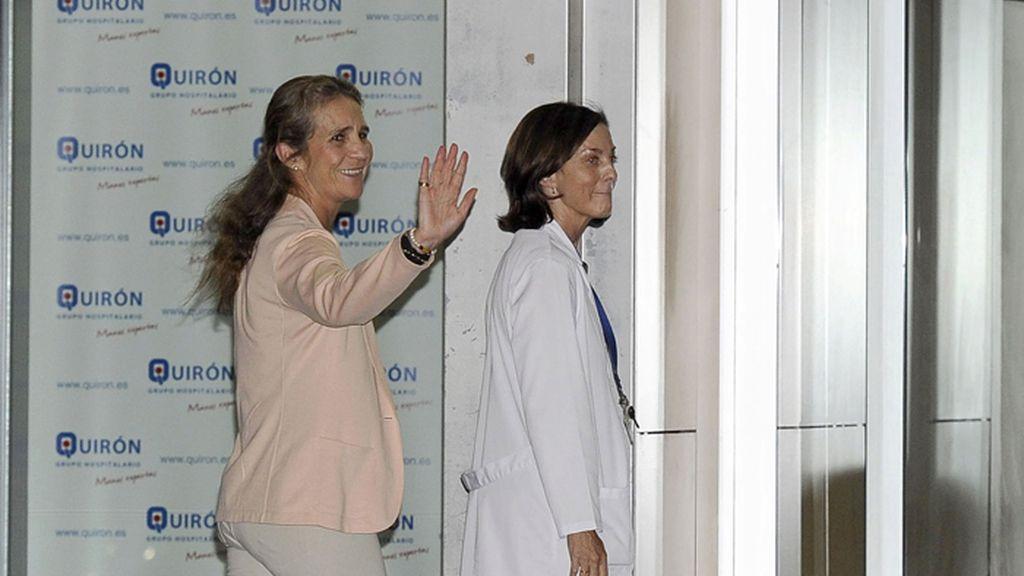 La infanta Elena saluda a su llegada al hospital universitario Quirón