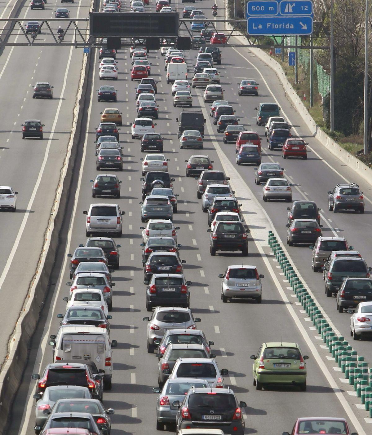 Automóviles en caravana en la autovía A-6, en dirección A Coruña, a la altura de Pozuelo de Alarcón