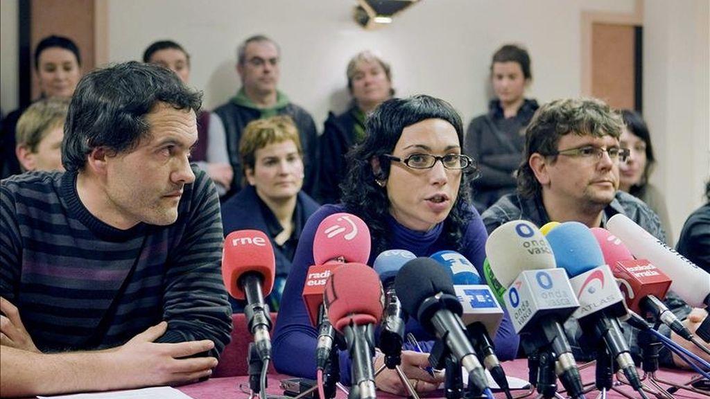 El representante de LAB, Javi Garnika (i), y la representante de TAT, Lorea Bilbao, durante la rueda de prensa que los firmantes del Acuerdo de Gernika han ofrecido hoy en San Sebastián, en relación al comunicado de ETA en el que se anuncia un alto el fuego permanente, general y verificable. EFE