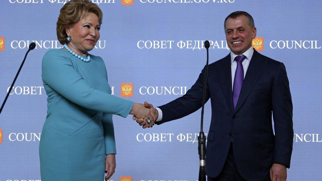 El presidente del Parlamento de Crimea, Vladimir Konstantinov y la presidenta del Senado ruso, Valentina Matviyenko