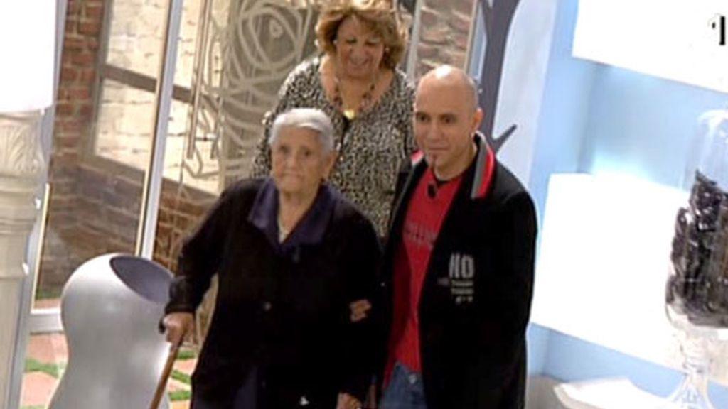 La familia adoptiva de Miriam en 'AR'