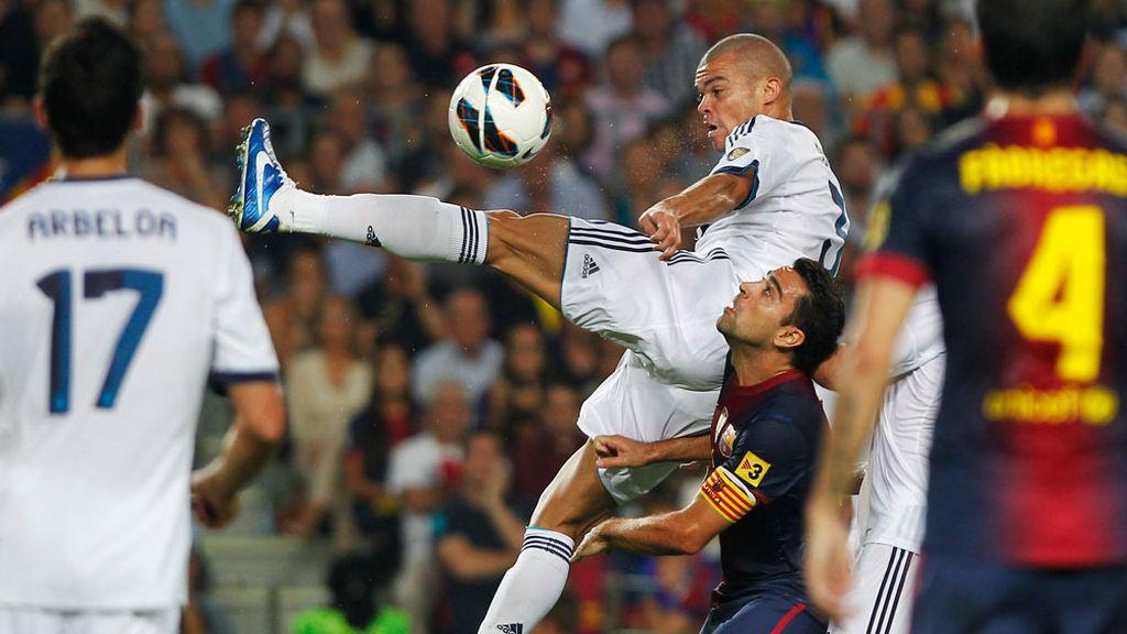 Pepe pugna por un balón durante el Clásico liguero en el Camp Nou