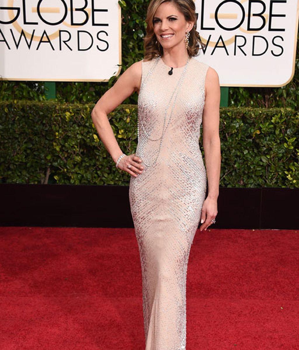 Natalie Morales en la alfombra roja de los Globos de Oro