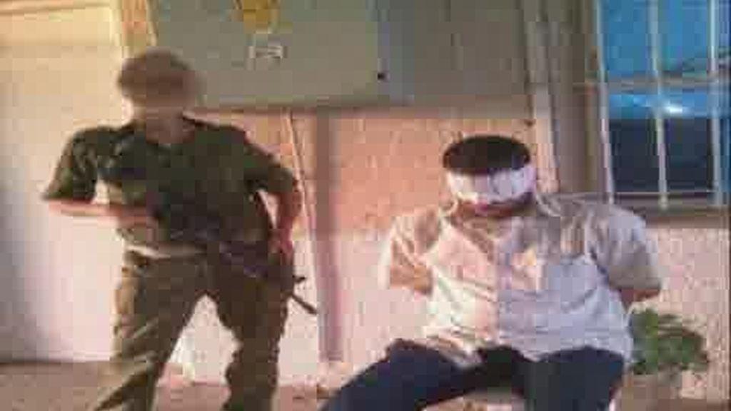 Salen más fotos de soldados israelíes humillando a palestinos