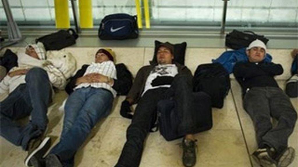 Los viajeros durmieron en los aeropuertos en lugar de ocupar las plazas hoteleras reservadas. Vídeo: Atlas