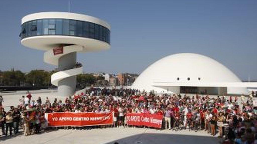 Varios miles de personas -unos 3.000, según la Policía Local, y 4.000, según los convocantes- se han manifestado hoy en Avilés en defensa de la continuidad del Centro Cultural Óscar Niemeyer. EFE
