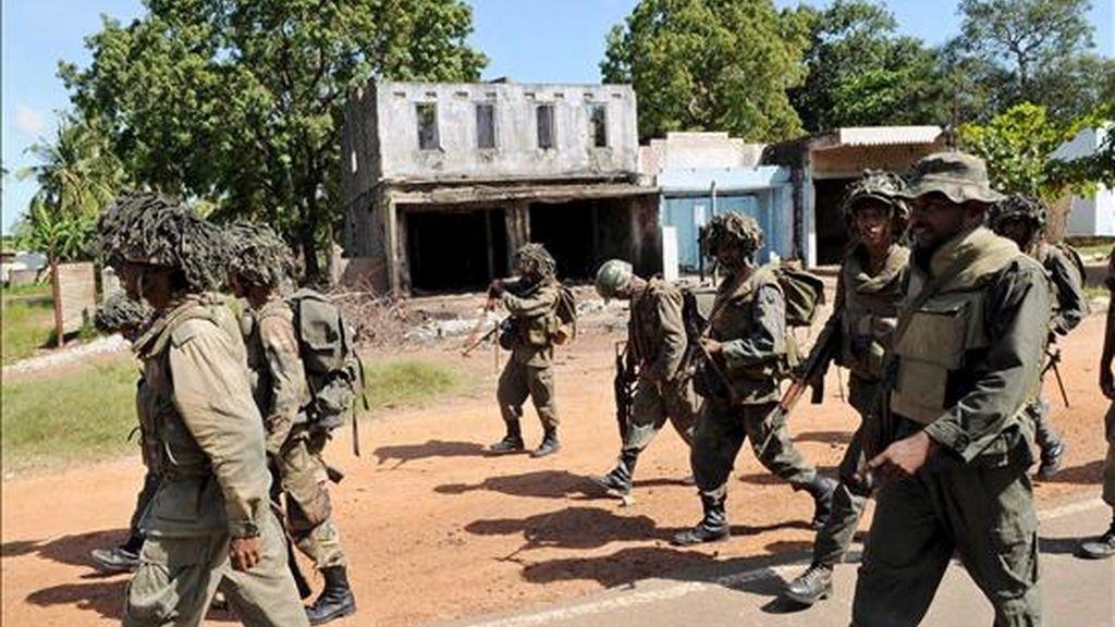 Fotografía del pasado 4 de enero que muestra varios soldados del Ejército de Sri Lanka mientras caminan por el área recientemente tomada por la guerrilla de los Tigres para la Liberación de la Patria Tamil (LTTE), en Kilinochchi, unos 385 kilómetros de Colombo (Sri Lanka).EFE/Imagen