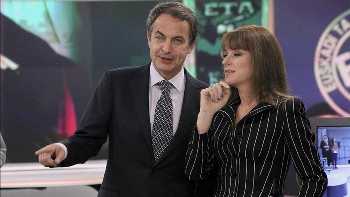 José Luis Rodriguez Zapatero, acompañado por la directora de informativos de Antena 3, Gloria Lomana, en los momentos previos a la entrevista que el presidente del gobierno, ha concedido esta noche en los estudios que la cadena tiene en la localidad madrileña de San Sebastián de los Reyes. EFE