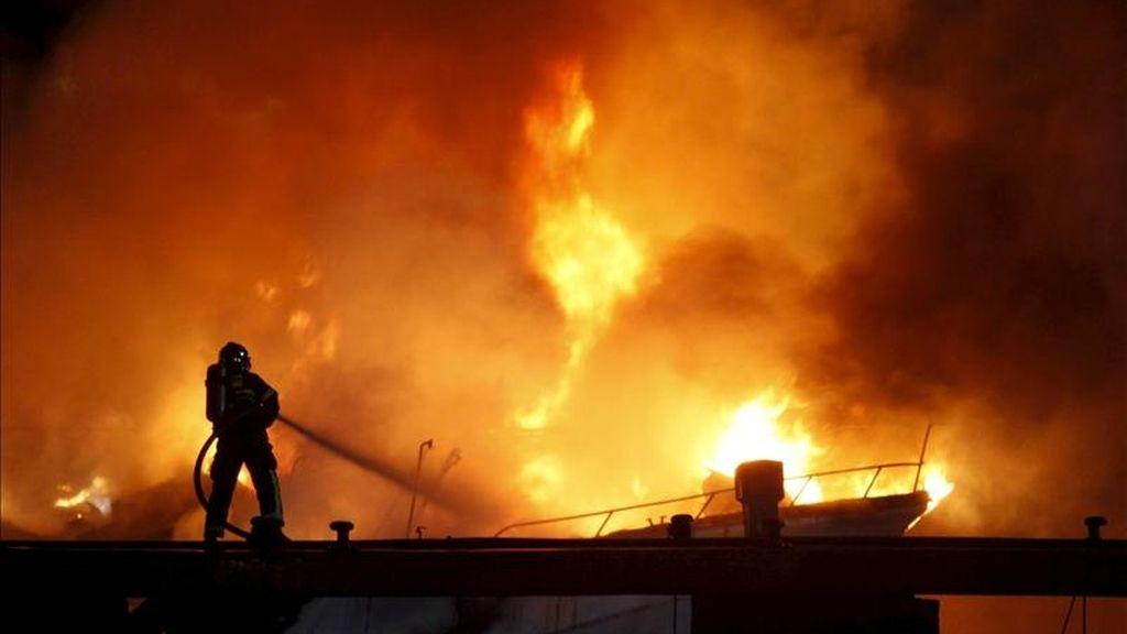 Los Bomberos intentan sofocar las llamas de un incendio en el Puerto Deportivo El Saladillo de la localidad gaditana de Algeciras. EFE/Archivo