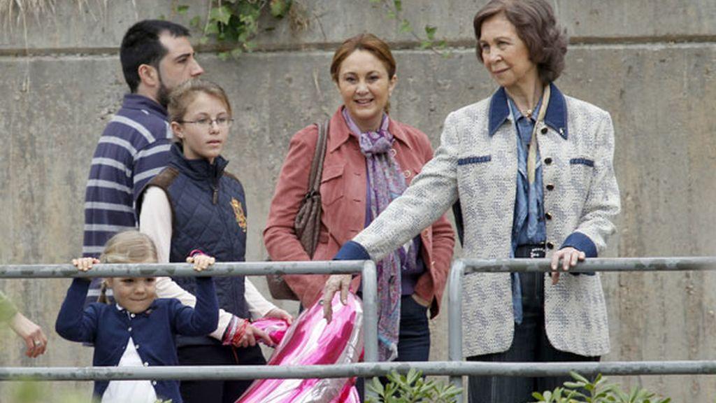 Las Infantas Leonor y Sofía se divierten en el zoo