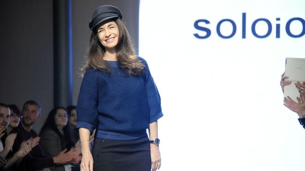 Alejandra Brizio, directora creativa de SOLOIO, saludando tras es desfile