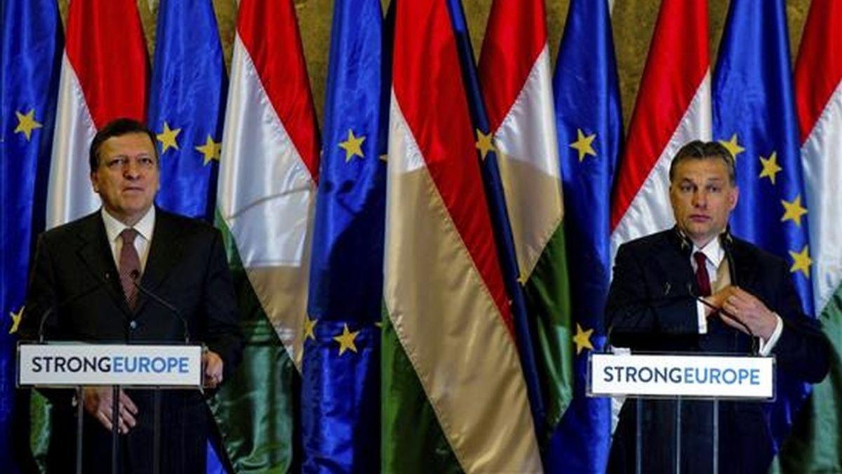 El presidente de la Comisión Europea (CE), José Manuel Durao Barroso (i), y el primer ministro húngaro, Viktor Orban (d), intervienen en una rueda de prensa tras celebrarse la primera reunión entre el Gobierno húngaro y la CE, en Budapest, Hungría, hoy, 7 de enero de 2011. EFE
