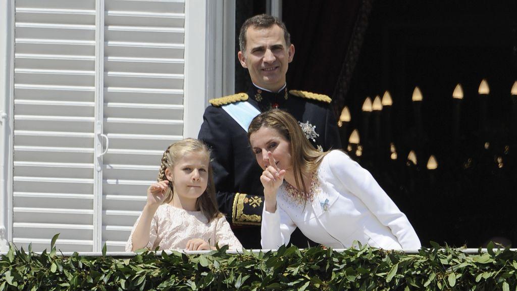 La reina Letizia, atenta a sus hijas en el balcón del Palacio Real