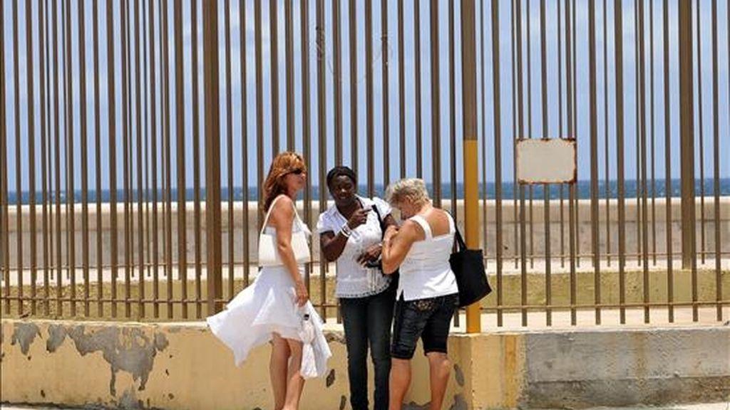 Las Damas de Blanco Sofía García (i), Berta Soler (c) y Julita Núñez (d) hablan poco antes de entrar a la Sección de Intereses de Estados Unidos en Cuba (SINA) en La Habana. EFE
