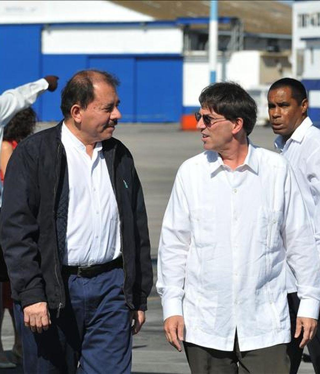 El presidente de Nicaragua, Daniel Ortega (i), fue recibido por el canciller cubano, Bruno Rodríguez, en La Habana (Cuba). Ortega realiza una visita oficial a la isla en la que se reunirá con su homólogo Raúl Castro. EFE