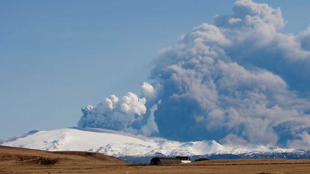 Islandia mira al volcán