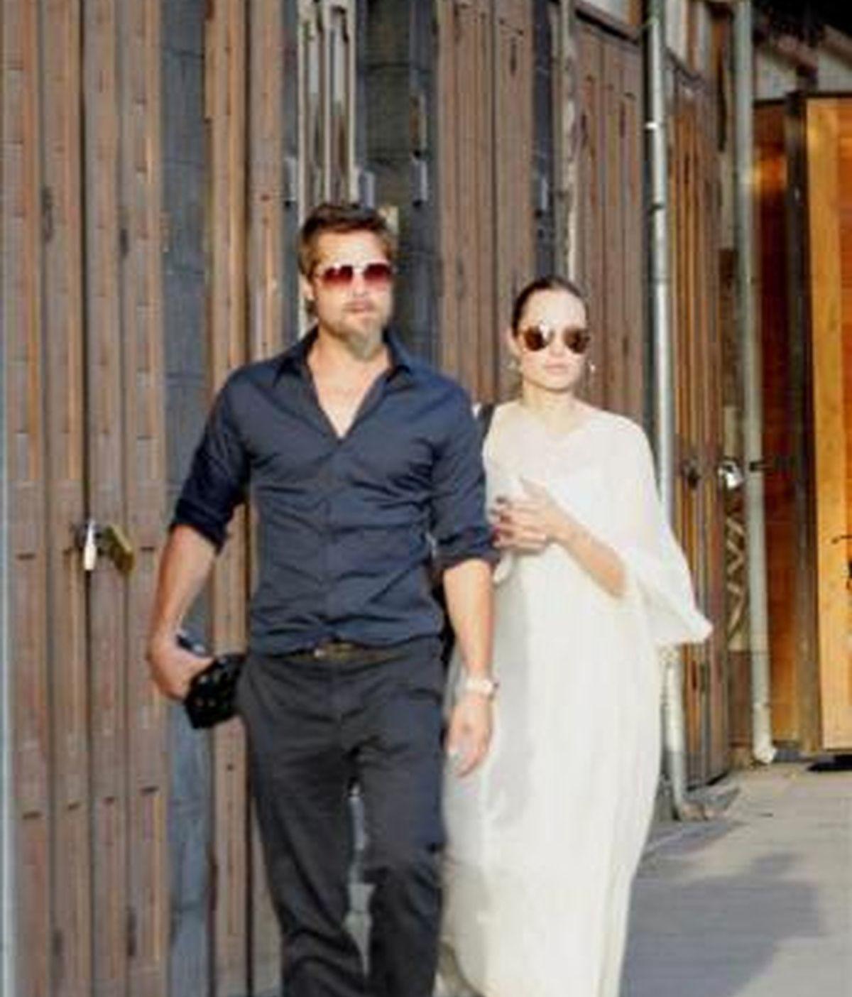 El actor estadounidense Brad Pitt (i), y la actriz y embajadora de buena voluntad de la ONU, Angelina Jolie (d), caminan por el centro de Damasco, Siria. EFE/Archivo