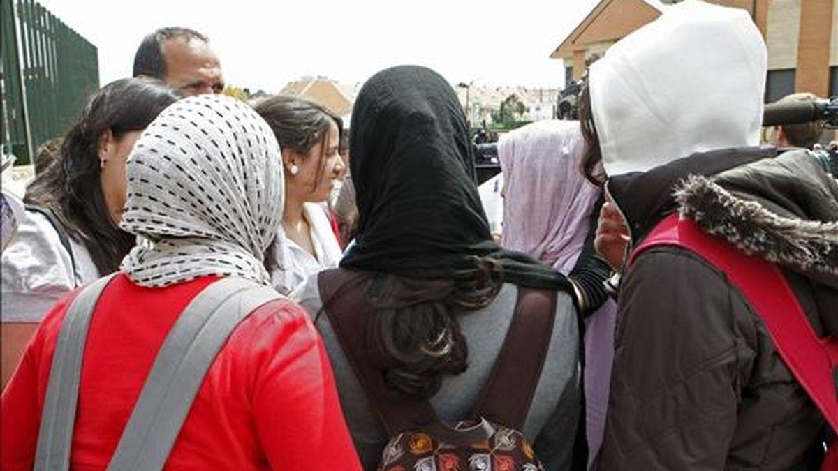 """Algunas de las cuatro menores que han decidido llevar """"hijab"""" o velo a su instituto de Pozuelo de Alarcón, en solidaridad con su compañera Najwa Malha. EFE"""