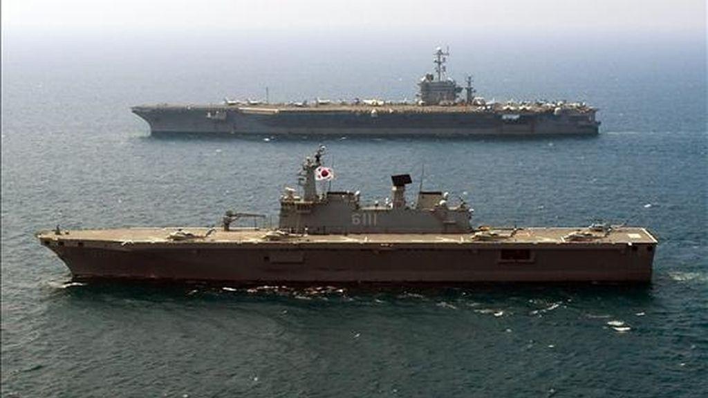 Vista del barco de desembarco ROKS Dokdo (LPH 6111) y del porta aviones George Washington (CVN 73) ayer, en el Mar del Este (Mar de Japón), durante la tercera jornada de sus maniobras conjuntas que realizan Corea del Sur y Estados Unidos para advertir a Corea del Norte. Las maniobras concluyen hoy. EFE
