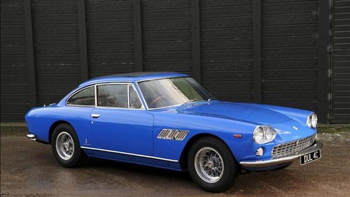 Fotografía facilitada por la casa de subastas británica Bonhams del primer coche que compró John Lennon cuando obtuvo su licencia de conducir en 1965, un Ferrari 330 GT, que Bonhams pondrá a la venta en París el próximo 5 de febrero. El precio estimado por Bonhams para el automóvil del músico, que estará expuesto en la próxima feria del motor en el Grand Palais parisino, es de entre 120.000 y 170.000 euros (de 154.848 a 219.330 dólares). EFE