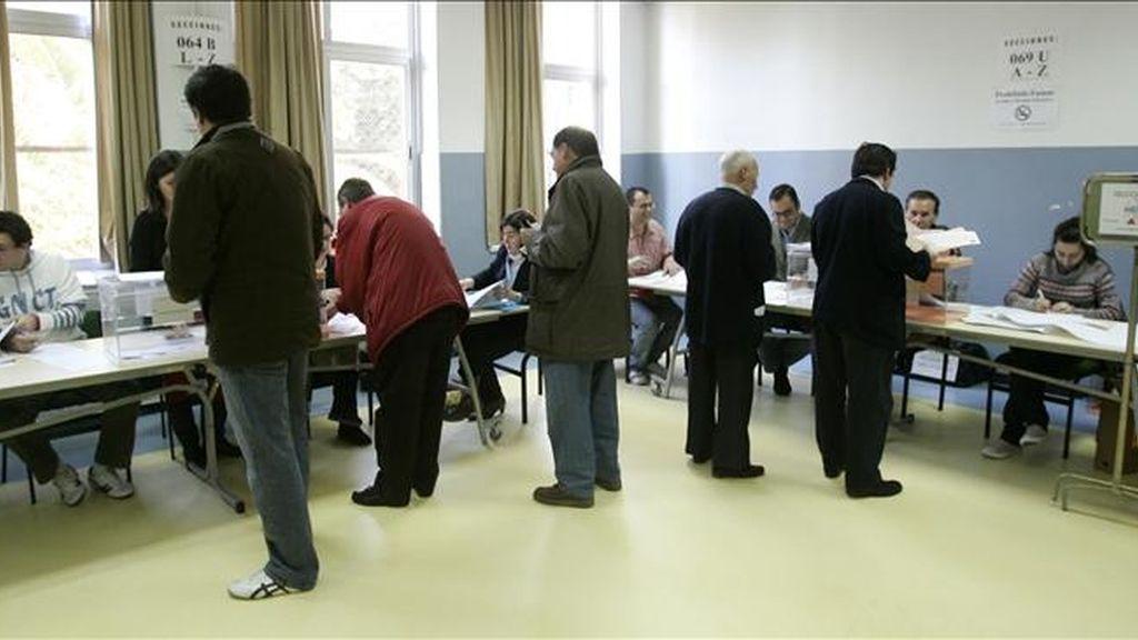 Varias personas ejercen su derecho al voto en unas elecciones en Madrid. EFE/Archivo