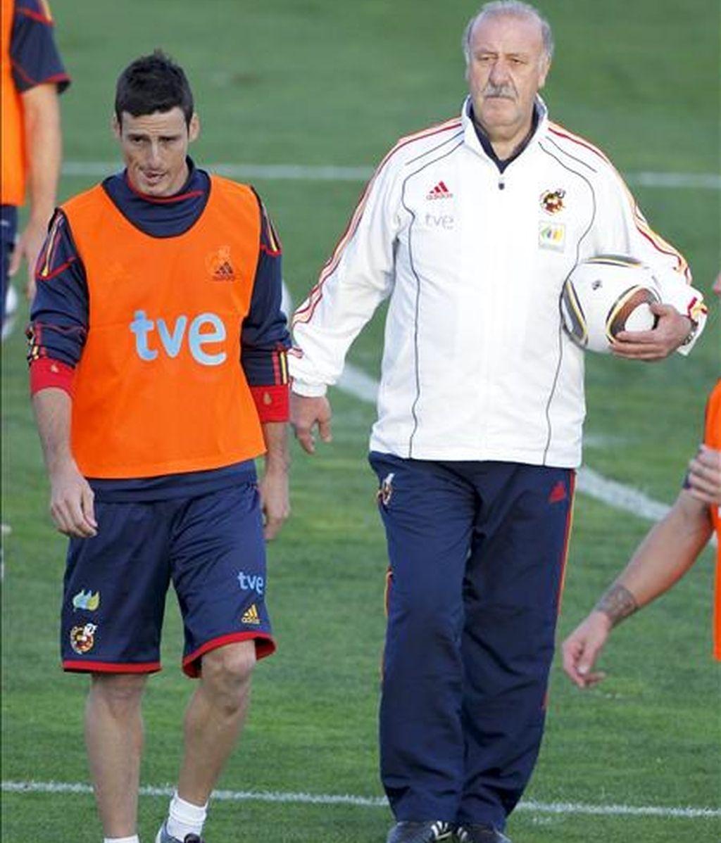 El seleccionador nacional, Vicente del Bosque (d) y el delantero del Valencia, novedad en la convocadoria del equipo español, Aritz Aduriz, durante el entrenamiento que la selección Española ha realizado en la Ciudad del futbol de Las Rozas, Madrid. EFE