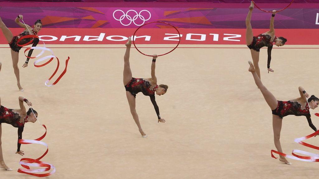 El equipo español compite en el concurso completo por equipos de gimnasia rítmica en los Juegos Olímpicos de Londres 2012