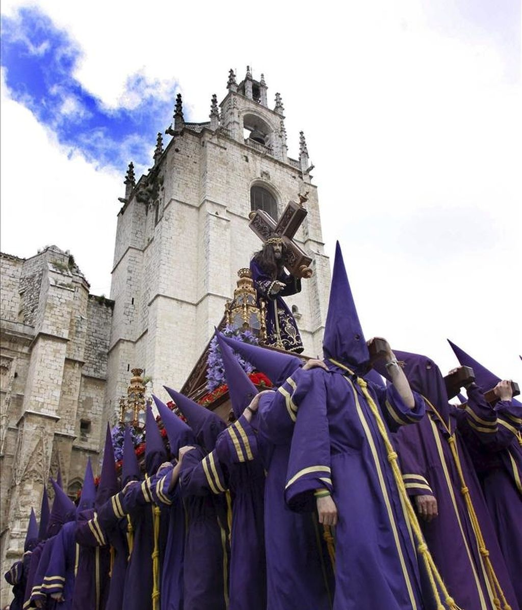 """El paso del Nazareno del siglo XVIII desfila ante la catedral de Palencia donde, a pesar de la amenaza de lluvia, se ha podido celebrar la procesión de """"Los Pasos"""". EFE"""