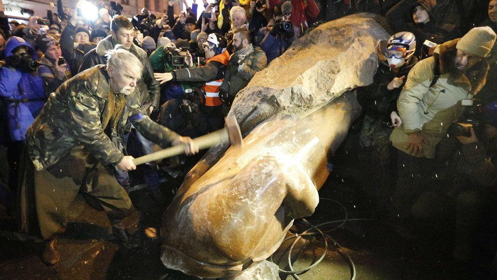 Derriban la estatua de Lenin en Kiev