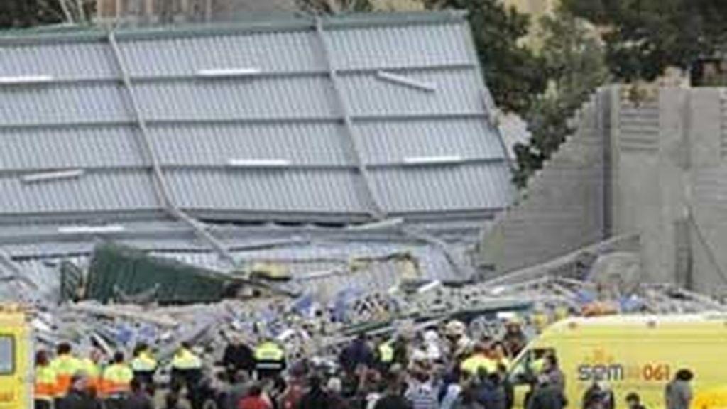 El pabellón del polideportivo de Sant Boi tenía que ser remodelado en 2007 y no se hizo. Dos años después un vendabal lo derriba y mueren cuatro niños. Foto EFE