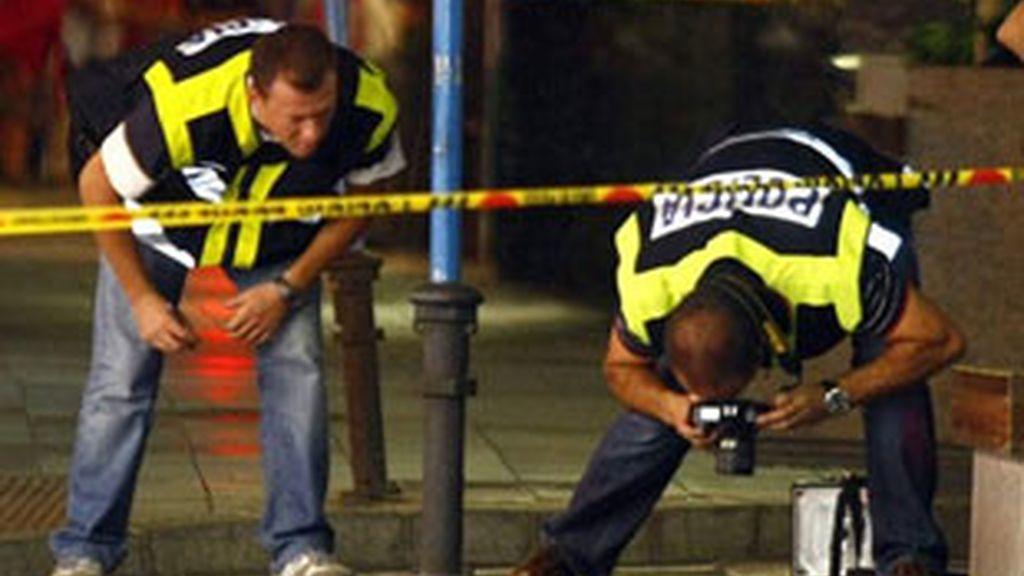 Miembros de la policia científica realizan fotos de los casquillos encontrados. Foto: EFE.
