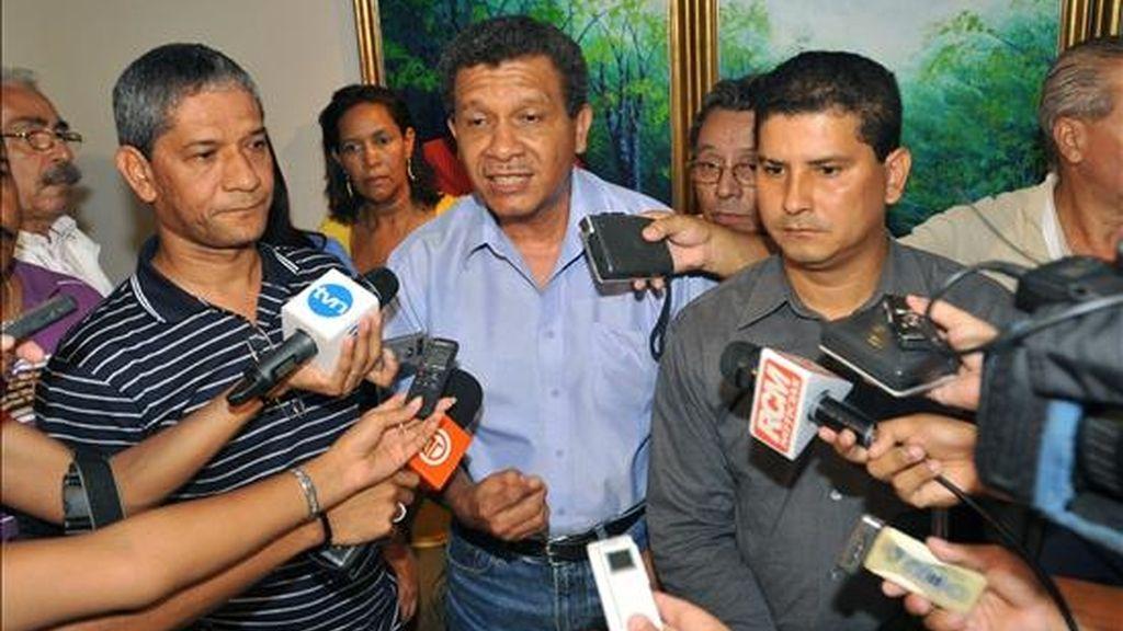 Los líderes sindicales Gabriel Castillo (c), Omar Tristán (i) y Mario Almanza (d) hablan con la prensa mientras se resguardan temerosos de ser detenidos por la policía este 10 de julio en un hotel de Ciudad de Panamá. EFE