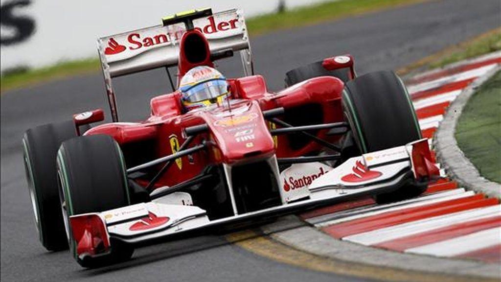 El piloto español de Fórmula Uno Fernando Alonso de Ferrari, conduce su monoplaza durante la carrera del Gran Premio de Australia, ayer en el circuito de Albert Park en Melbourne (Australia) . EFE