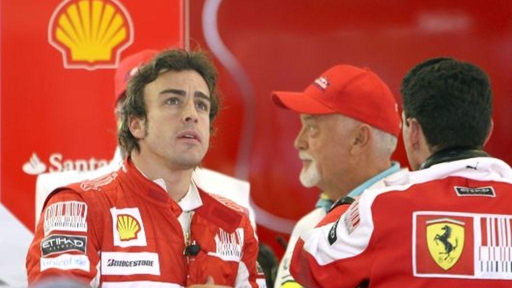Fernando Alonso comenta con sus ingenieros algún lance de los libres. FOTO: EFE.