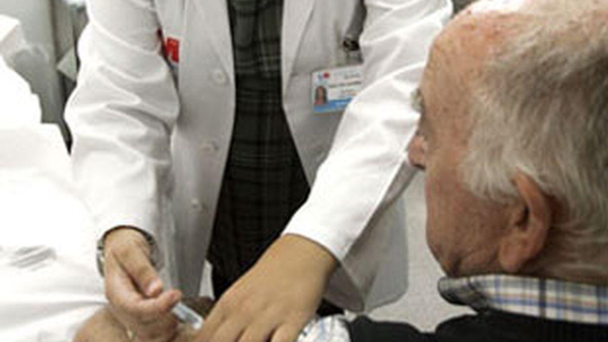 Imagen de archivo de un hombre recibiendo la vacuna contra la gripe. Foto: EFE.