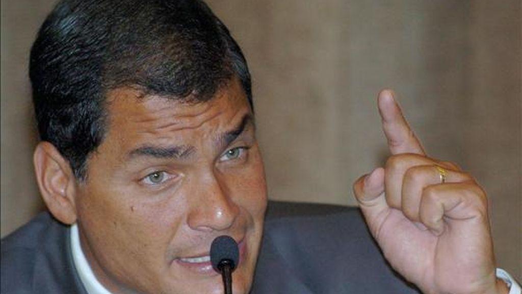 El presidente Correa deploró el hecho de que en el pasado no se haya revisado ese reparto sobre las ganancias extraordinarias que recibían las petroleras, cuando el precio del crudo subía en los mercados internacionales. EFE/Archivo