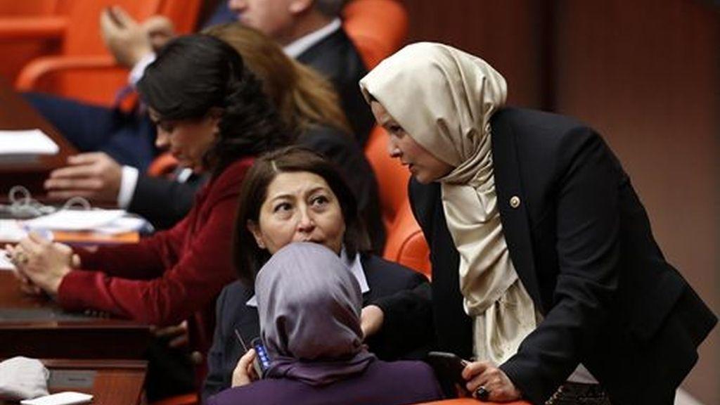 Por primera vez con velo al Parlamento turco