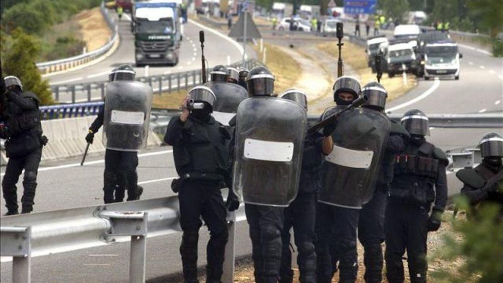 Agentes antidisturbios de la Guardia Civil cargan contra mineros leoneses