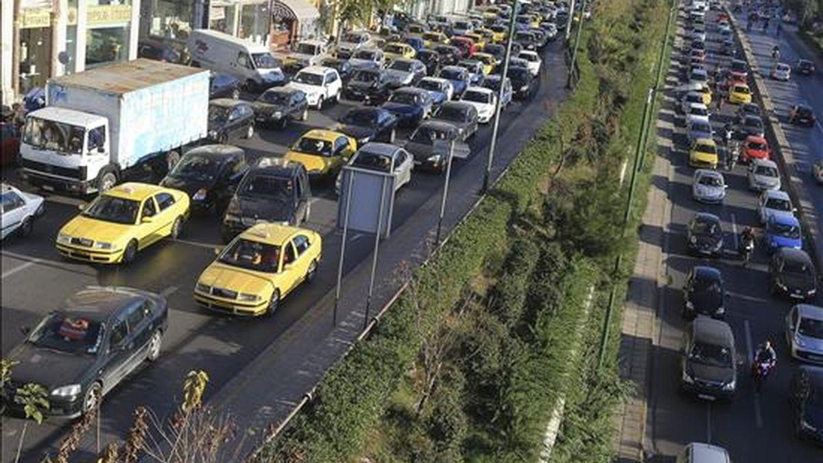 Atasco de tráfico en una importante carretera de Atenas (Grecia) hoy, 8 de diciembre de 2010. Los atenienses escogieron el coche como medio de transporte hoy debido a la huelga convocada por el sector del transporte público. EFE