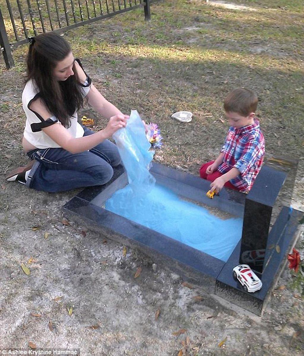 Una madre crea una arenal en la tumba de su hijo para que su hermano juegue con él