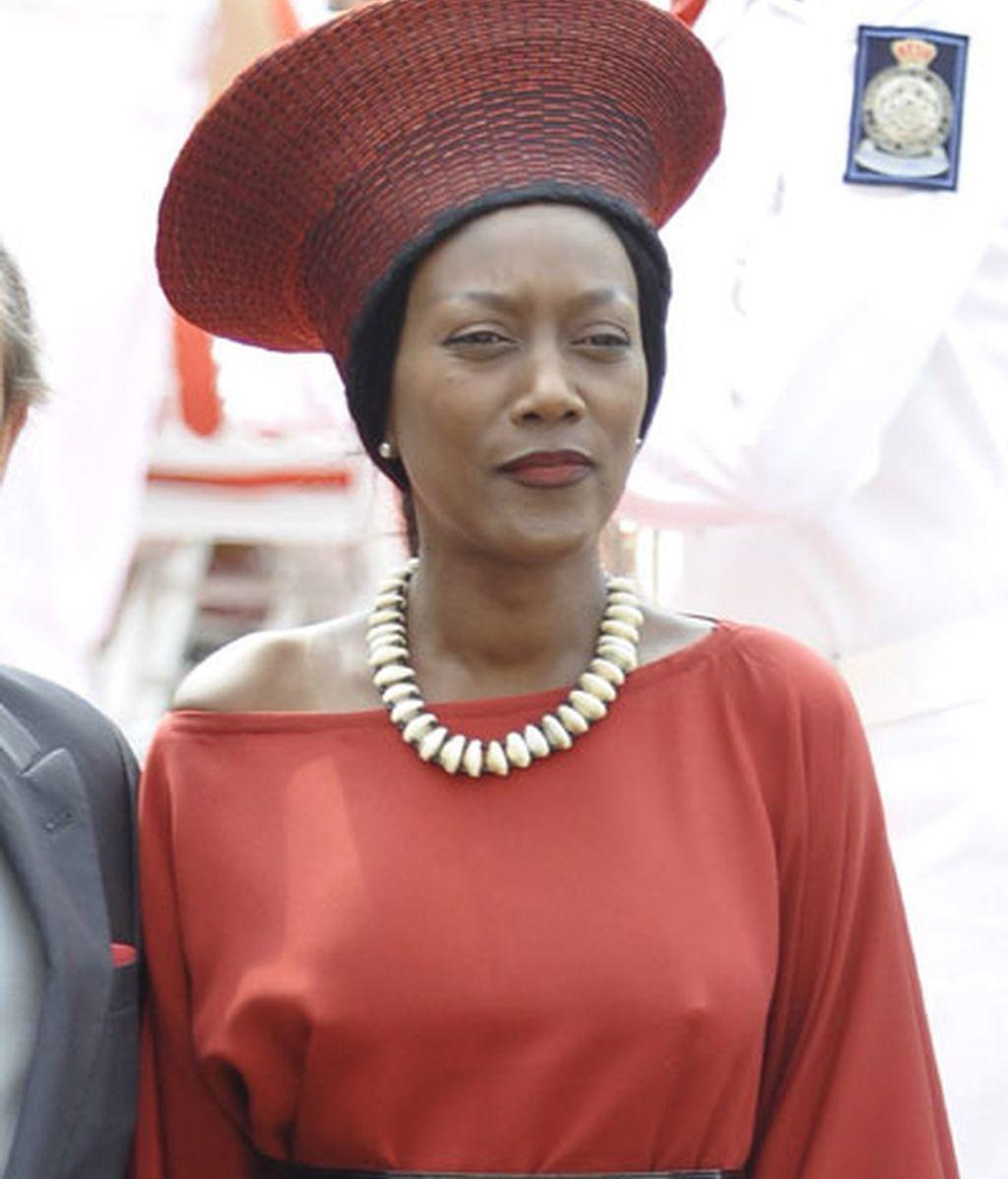 Una invitada, con sombrero rojo y negro
