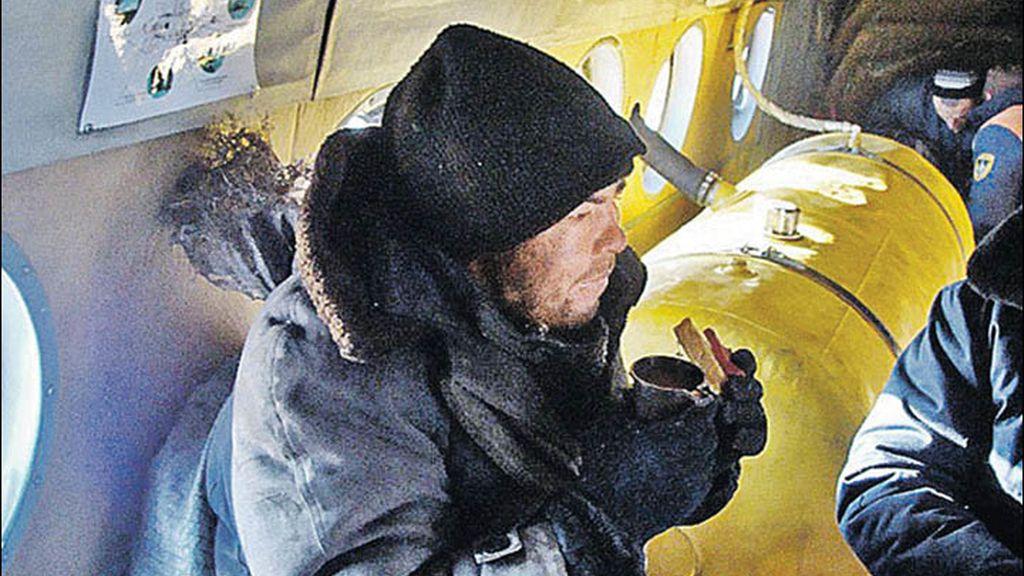 Alexei Gorulenko a bordo de un helicóptero de los equipos rusos de rescate